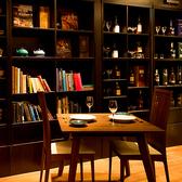 バックバーや本棚を眺めるテーブル席