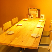 【清潔感溢れる店内。】木目のテーブルが暖かい、清潔感溢れる店内。テーブル席は4名様~6名様