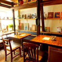 かわいく落ち着きのあるカフェです!大きな窓からは優しい陽の光が差し込みます。