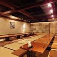 エレベーターを降りてわくわくが高まります。新宿三丁目にある落ち着いた雰囲気の店内の本格和食と全国の豊富な種類の日本酒を堪能頂けます。和食と日本酒などのお酒の相性は抜群です。大人数での宴会も新宿最大級の最大300名様までの宴会を承っておりますのでお気軽にご相談下さい。広々とした空間でのお食事と日本酒を♪