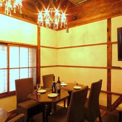 少人数でのご利用もシャンデリアと木の温もりが落ち着く、テーブル席がオススメです。