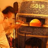 【本場の新窯】イタリアの窯職人が造った新窯で焼く、本格ナポリピッツァ。表面はパリッと、中はふんわりもっちり。注文を受けてから目の前で焼き上げます。