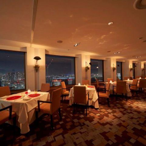 昼と夜、それぞれに違う眺め、趣き、味わいが楽しめる大人のための洗練された空間。どの席からでも素晴らしい景色を眺められます。東京ベイエリアの美しい夜景は大切な方とのお食事を、より一層忘れられないものにしてくれます。景色とお食事、おもてなしでお客様に最高の時間を提供致します。