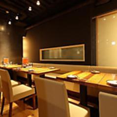 2名様からご利用いただけるテーブル席をご用意しております。片側はソファのテーブル席は座り心地抜群♪ごゆっくりお過ごしいただける空間は、友人や家族との食事にぴったりの空間。