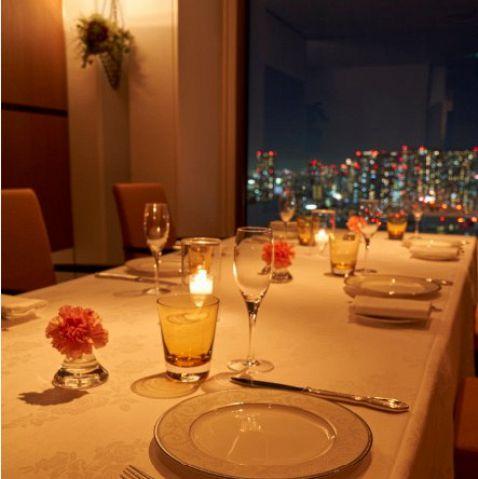 ディナータイムは美しい夜景と、絶品フレンチをお楽しみください。眼下には旧芝離宮恩赦庭園、窓の向こうにはレインボーブリッジからお台場までを見渡す東京ベイエリアの美しいラウンドスケープが広がっています。そんなドラマティックなビューは、お料理を引き立て、会話をはずませる、当店だけの特別なスパイスです。