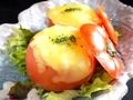 料理メニュー写真まるごとトマトの肉詰めチーズ焼き(2コ)