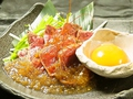 料理メニュー写真牛肉のたたき ~玉葱と卵黄の素敵ソース