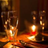 ラウンジを思わせる個室空間…。落ち着いた空間で煌びやかなシャンデリアがオシャレ。