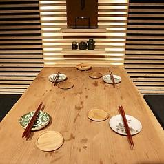 藩個室のテーブル席