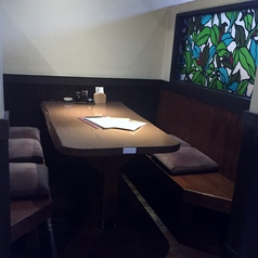 6名様向けの半個室のテーブル席です。壁面のステンドグラスが大人の空間を演出します。