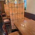 テーブルの間隔をゆったりと取り、パーテーションを設けてあります。
