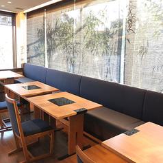 外の光が差し込む店内で昼宴会などテーブル席でゆったりとした時間をお過ごし下さい。※写真は系列店です。