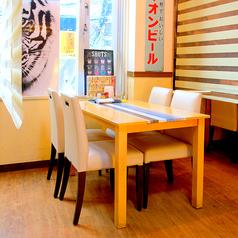 落ち着いた雰囲気のテーブル席。4名席×6卓