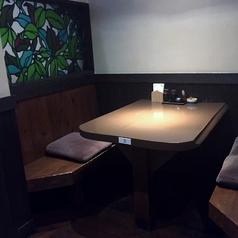 4名様向けの半個室のテーブル席です。壁面のステンドグラスが大人の空間を演出します。