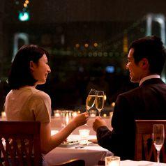 食事は夜景と共に。二人だけの窓際特別席