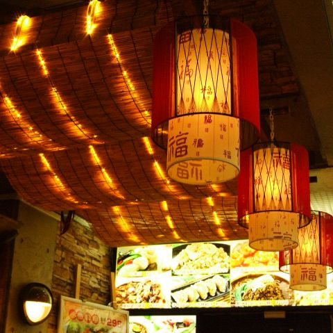 本場中国の料理長が腕を揮う店内!お店の中も中国さながらの雰囲気でゆったりお食事をお楽しみいただけます♪