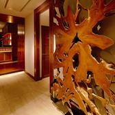 ◆木の根のオブジェがお出迎え。樹齢200年を越す木の根のオブジェはバリ島に生息していたもので、店名の「ROOTS」を表しています。全ての生き物にとって大切なのはそれぞれが持つ「根っこ」。当店の店名はそんな思いが由来です。