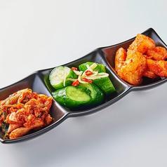 料理メニュー写真キムチの盛り合わせ(安安キムチ、カクテキ、ピリ辛きゅうりの三種盛り)