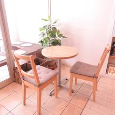 2名掛けのテーブル席。