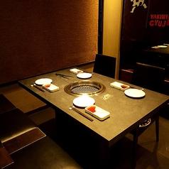 テーブル席もございます!全席に無煙ロースターを完備しております!