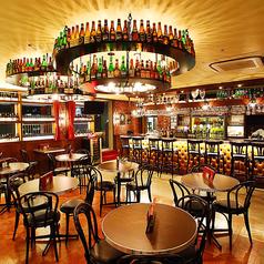 【丸テーブル席/2~18名様】2名様から気軽に利用していただける丸テーブル。天井にもビールのビンを並べ、まるで外国のパブに来たかのような雰囲気を感じさせる空間です。フレキシブルなお席で、人数に合わせて席を用意いたします!