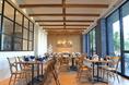 天井が高く、開放感あふれる雰囲気♪式場内での貸切パーティーは日常を忘れ、思う存分お楽しみいただけます。
