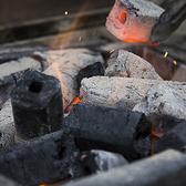【炭火焼きへのこだわり】 炭火の赤外線は、高温を保ったまま直接素材にあたり、素材の内側にある水分や脂分まで加熱できるため、表面はカリッとなかはジューシーに仕上がります。 脂が落ちても炎が上がらないのは、炎がつく前に脂が蒸発してしまう圧倒的な火力と炭使いのプロの調理技のなすもの。