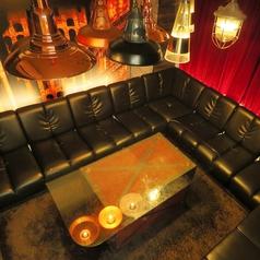 他のお部屋とは違ったエレガントな雰囲気の個室。ソファでゆったり寛いで。