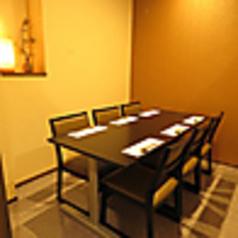 少人数の飲み会にもお勧めの人気のテーブル席。和モダンの空間で味わう雰囲気は特別感も感じます!!