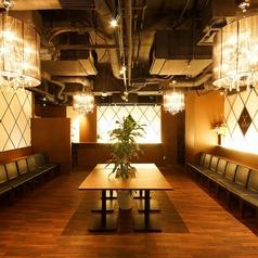 シャンデリアが輝くスタイリッシュな空間。立食は80名様まで、着席は50名様まで。