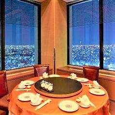 2面の大きな窓から東京の夜景を眺望できる当店1番人気の個室です。大事な記念日接待に。ご予約はお早めに。