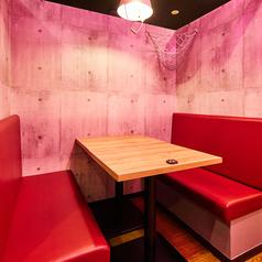 カップルや少人数の女子会に人気!三方を壁に囲われたタイプのテーブル席◎ライトもお洒落なバケツ形で可愛い♪※2~4名様でのご用意可能※