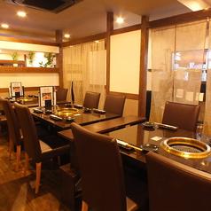 テーブル席は全て半個室席となっております。少人数から大人数までのお食事やご宴会に最適なよう、ゆったりと広々空間を取らせていただいております。