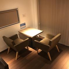 ゆったり座れる大きめのソファと、床材はウッドデッキを使用し温かみのある雰囲気です。