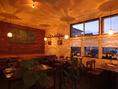 4. 扉をくぐると、そこはダウンライトの落ち着いた店内★カラフルなキャンドルや温かみのある木製のイスとテーブルが別世界を演出。西欧風の店内でのひとときはいかが?