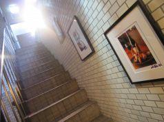 こちらの階段を下ると店内入口がございます