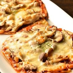 キノコたっぷり!ミートソースの旨味ピザ