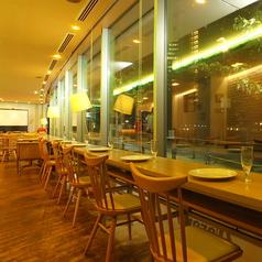カウンター席も有ります。目黒川を眺めながらのお食事をお愉しみ頂けます♪