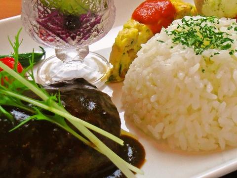 地元の野菜と肉を贅沢に使った洋食を、気軽に楽しめる。こだわりの味を味わえる。