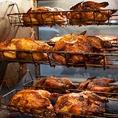 14種類のスパイスとハーブを使い、2日間マリネした鶏を丸ごと一羽使用した、自慢の『ロティサリーチキン』が当店の看板メニュー。店内のロティサリーチキン専用オーブンで、45分間じっくりと火を通します。自慢のロティサリーチキンは、ランチタイムにもお楽しみいただけます。