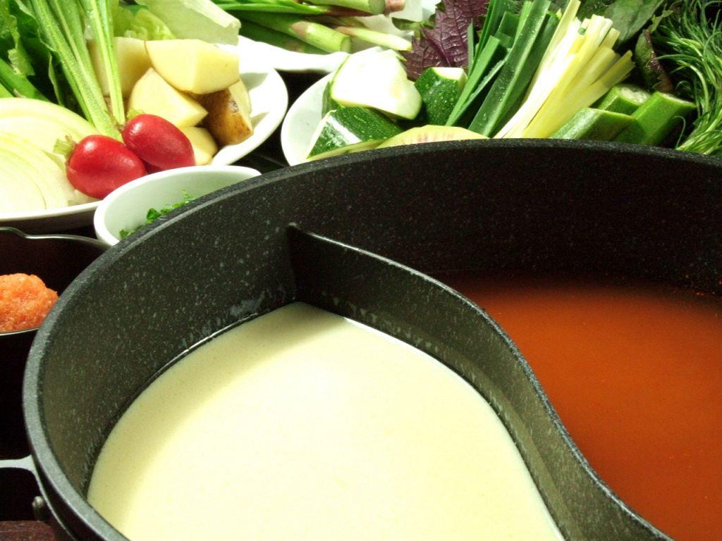 【だし】まずは2色鍋のだしを選びます。豆乳・激辛・昆布・すき焼・大根・塩。どれもお薦め♪