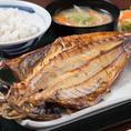 【厳選・ひもの】魚や魚介類の身を開いて塩をまぶし、長期保存をするために乾燥させた、非常にシンプルな加工食品「ひもの(干物)」。魚を干すことにより保存食としてだけでなく、栄養価が高まり旨さも増してきます。風通しが良く、乾燥した冬季に作られたひものが美味しいといわれています。