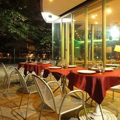 天気のいい日は風が心地よいです。テラス席は20名様位までつくれます。テラス席ではペットと一緒にお食事できます。