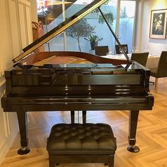 【グランドピアノの生演奏も♪】お洒落で落ち着いた癒しの空間に調和するグランドピアノ。ランチタイムは毎日、ディナータイムはご予約に応じて生演奏がお聞きになれます◎非日常の優雅で贅沢な時間をお過ごしください。