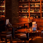 壁一面にワインを臨むテーブル席♪2名様~OK☆スタイリッシュな空間で自慢のチーズ料理とともにお好きなワインで舌鼓を・・・
