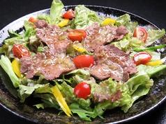 炙り牛タンのサラダ
