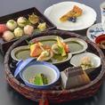 【ランチ】「手毬花かご弁当」蓋を開ければ可愛らしい手毬寿司と小鉢料理が華やかに並びます。手毬寿司/煮物/焼物/天麩羅/茶碗蒸し/香の物/吸物/デザート/珈琲 2,600円(税込)