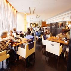 神戸の街並みを望める開放的なメインダイニング。2~4名のテーブル席。