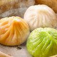 【溢れ出す肉汁。点心師の手作りの小龍包!!】鵬天閣特製の小龍包は北京ダックと人気を争う自慢の一品。写真の色の違いからもお分かりいただける様に、鵬天閣では味の異なる小龍包を多数ご用意しております♪定番の牛肉や、野菜を中心に使った小龍包など、見た目も美しい小龍包をお楽しみいただけます!