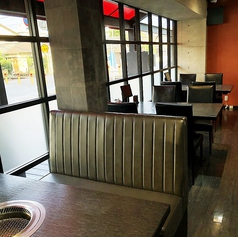 陽の当たるテーブル席は、外を眺めながらゆったりとお食事をお愉しみいただけます。開放感のあるお席でお食事はいかがでしょうか?